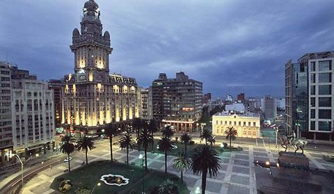 Plaza Independencia em Montevideo e o Palacio Salvo ao fundo