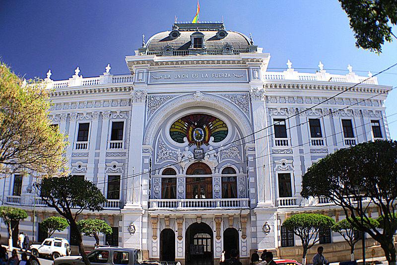 800px-Palacio_de_la_Prefectura_de_Chuquisaca_(Sucre_-_Bolivia)