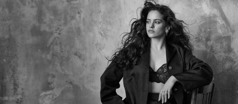 A cantora Rosalía é a primeira artista espanhola a estrelar a capa da revista Vogue da Espanha